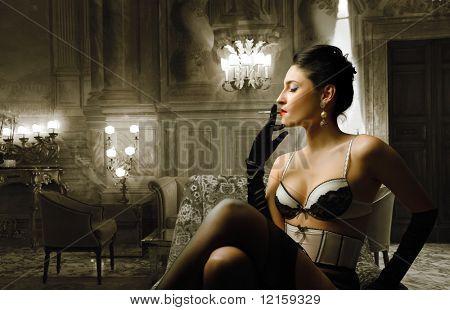 Retrato de una mujer atractiva en ropa interior que fumar un cigarrillo