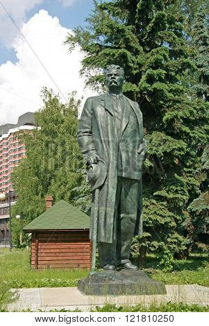 Moscow, Russia - June 13, 2009: Old Sculptures Of Maxim Gorky In Muzeon Art Park (fallen Monument Pa