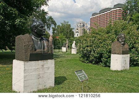 Moscow, Russia - June 13, 2009: Old Sculpture Of Vladimir Lenin In Muzeon Art Park (fallen Monument