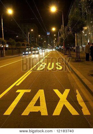 Bus und Taxi-Spur