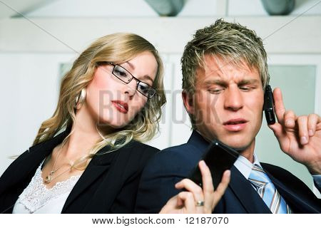 Eine Frau in einem Anzug zeigen eine kurze Nachricht zu ihrem Amtskollegen mal