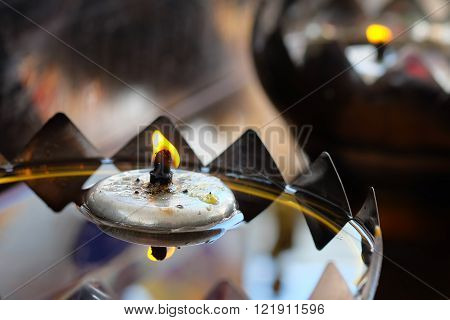 Oil lamp with a burning in stainless steel lamp with selective focus