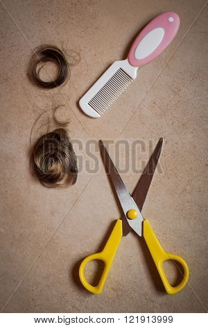 Top view of a comb hair and cutting shears.