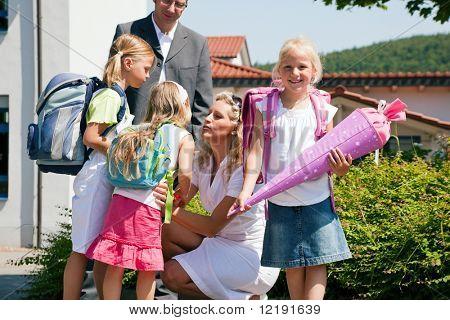 Familie mit drei Kindern in die Schule schicken