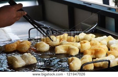 chinese donut fry until golden, Chinese doughnuts or fried breadsticks. The ingredients are fairly simple-flour, baking powder, baking soda, sugar, salt, and water