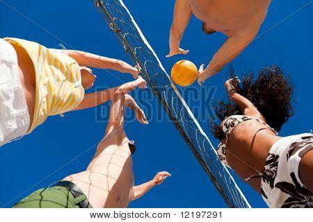 Постер, плакат: Игроки делают летние виды спорта пытаясь блокировать опасную атаку в игре пляжный волейбол, холст на подрамнике
