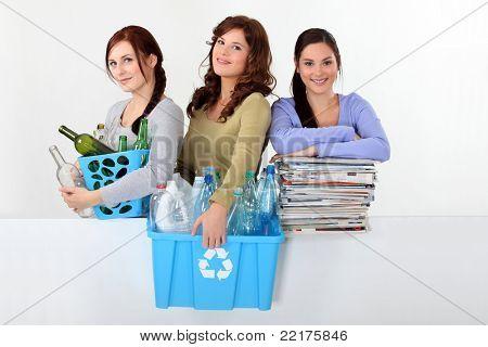 Três jovens mulheres de reciclagem