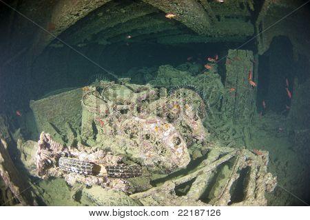 Motos no interior de um grande naufrágio