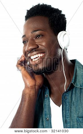 Joven con auriculares