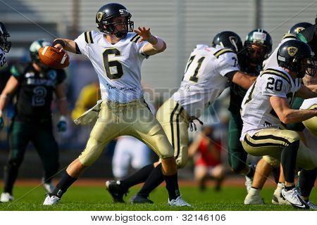 Viena, Áustria - 2 de abril QB Ryan McManus (#6 Panthers) passa a bola em 2 de abril de 2011, em Viena,