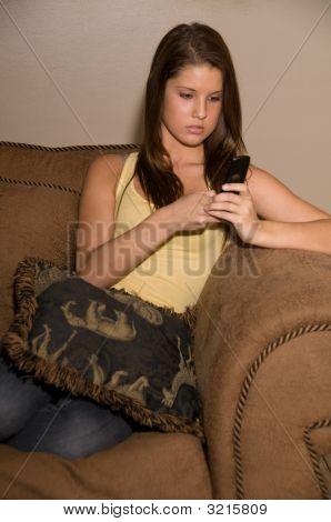 Bela dama adolescente em seu telefone.