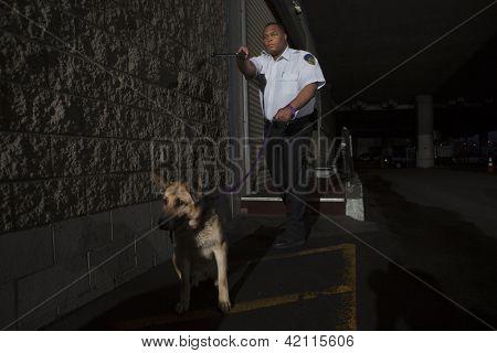 Guardia de seguridad con patrullas de perro de guardia