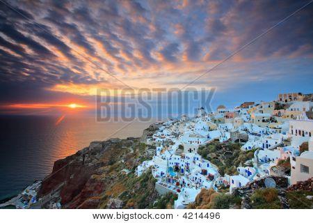 Puesta de sol en Oia Village en la isla de Santorini, Grecia
