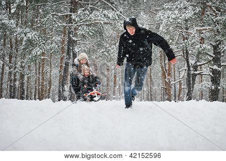 Winterspaziergang im verschneiten Wald.