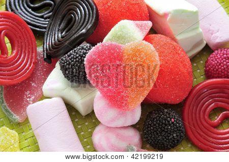 un montón de caramelos, uno de ellos en forma de corazón en el centro