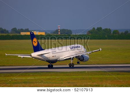 BUDAPEST, HUNGARY - MAY 5: Lufthansa A319 crosswind landing at Budapest Liszt Ferenc Airport, May 5th 2012. Lnding in stong crosswind is a challenging task.