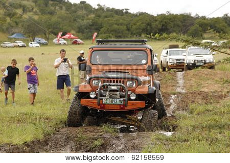 Crush Beige Jeep Wrangler Off-roader V8 Crossing Mud Obstacle