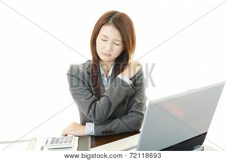The female office worker who is troubled with stiff shoulder