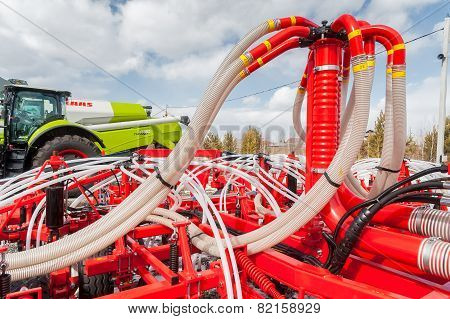 Hydraulic actuators of tractor hinged equipment