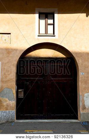 Brown Door  Europe  Italy     In  The Milano Old    Brick Terrace