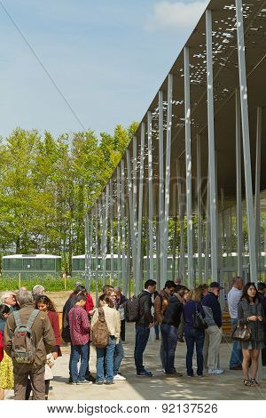 Amesbury, England - Circa May 2014:  A View Of A Long Queue At The Entrance Of The Stonehenge Pavili