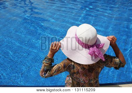 girl with a hat in the water basin