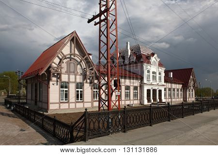 Station Verkhoturye station, which central part, two-story brick building, a modernist style is represented with elements inherent in the French classicism of the XVII century; and two single-storey wooden lodge, which is peculiar to the architectural app