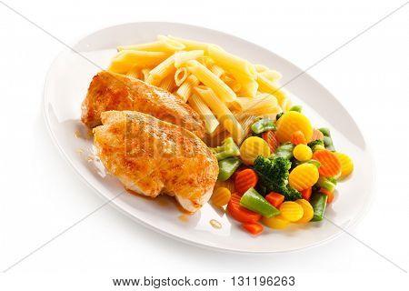 Grilled chicken fillet, penne and vegetables