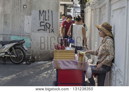 BANGKOK THAILAND - APR 24 : pomegranate juice stall on street in front of Pathumwanaram temple near Siam square on april 24 2016 thailand.