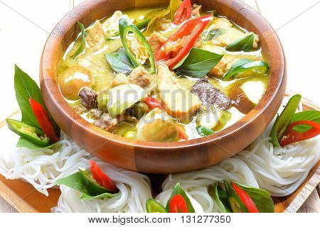 Green curry creamy coconut milk with chicken with thai rice noodle