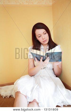 Schönes Mädchen mit Buch: Ausbildung, Fashion.