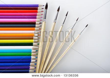 Materiales de escritura: lápices de color del fondo.