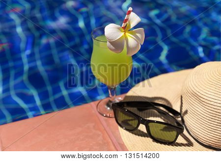 Guava Green Fresh Juice Smoothie Drink Cocktail, Sunglasses And Straw Hat Near Swimming Pool - Summe