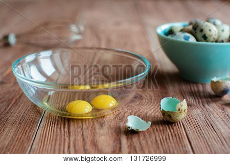 quals egss in blue boul and transparent glass boul woth yolks