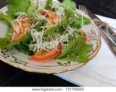 Fresh salad of lettuce with tomatoes and cheese