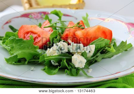 Salad with tomatoes and blue cheese