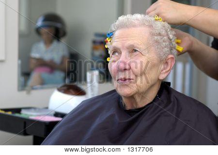 mujer senior feliz conseguir su pelo