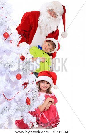 Tema de Natal: Papai Noel e as crianças divertir-se um. Isolado sobre o fundo branco.
