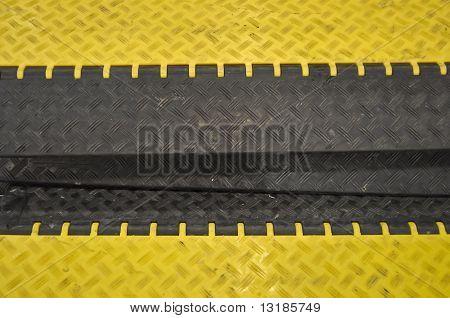 primer plano de los topes de velocidad negro-amarillo