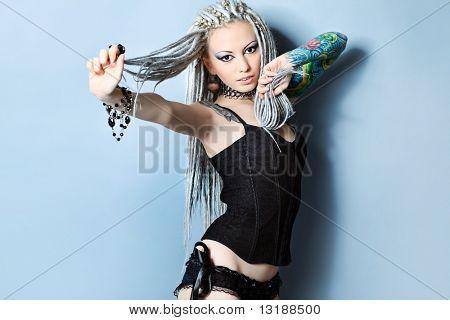 Portrait einer stilvollen jungen Frau mit weißen Dreadlocks in schwarzen Dessous. Mode.