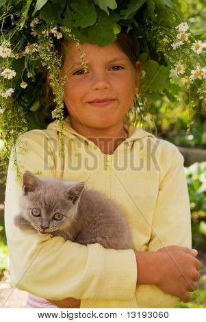 Menina com um gatinho