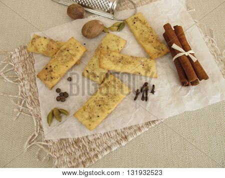 Crackers with salt, coffee, cinnamon, cardamom, nutmeg, cloves and allspice