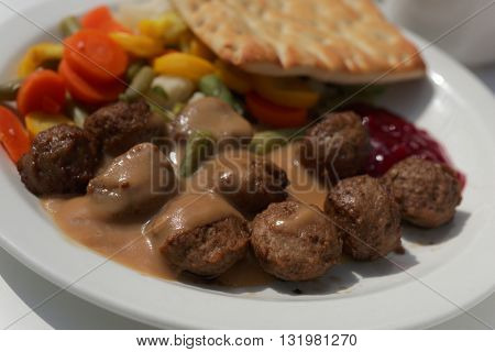 Meatballs with steamed vegetables and sauce