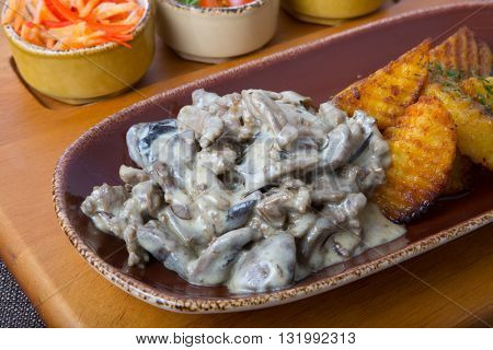 Beef stroganoff with fried potato and vegetable snacks