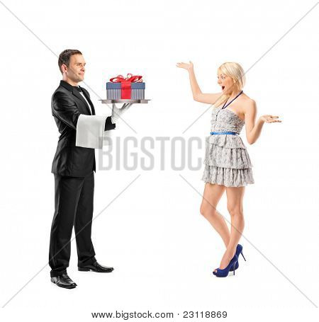 Retrato de cuerpo entero de un mayordomo que lleva una bandeja con regalo y mujer sorprendida aislado en wh