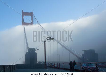 Touristen fotografieren nebelig Goldengate-Bridge