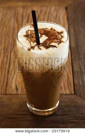Un café mezcla con cacao con hielo