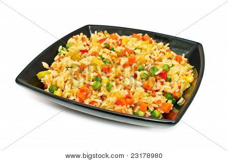 Plato cuadrado negro con ensalada de arroz y verduras
