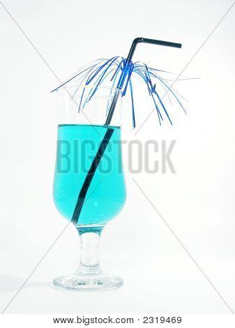 Un vaso con cóctel azul y paja