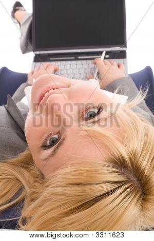 Businesswoman with Laptop Rest in der Stuhl über white